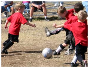 crianças jogando futebol esporte nacional