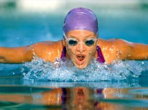 nadadora na piscina