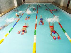 crianças praticando natação