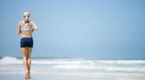 corrida na praia nas férias