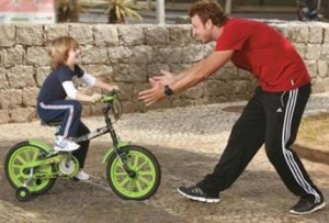 alimentação saudável e brincara de bicleta com o filho