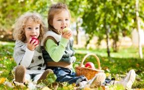 alimentação saudável comendo frutas