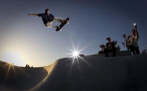 jovem praticando o esporte andando de skate