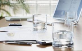 copo de água na mesa de trabalho