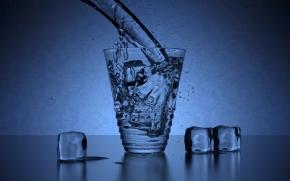 copo de água com gelo