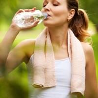 hidratação com água durante os exercícios físicos