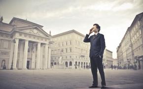 Aparelhos celulares são usados por homens de negócios