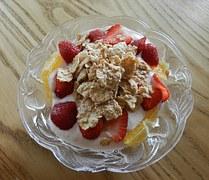 iogurte light com frutas picadas e cereais - lanches saudáveis