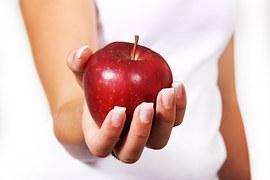 Comer uma maça e driblar a falta de tempo