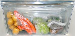 frutas legumes e verduras em sacos plásticos na geladeira