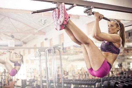 Crossfit exercício abdominal na barra