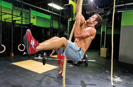 Crossfit exercício com corda equilíbrio e força