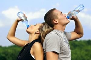 práticas saudáveis incluem beber bastante água
