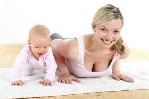 Mãe fazendo exercícios enquanto cuida do seu bebê