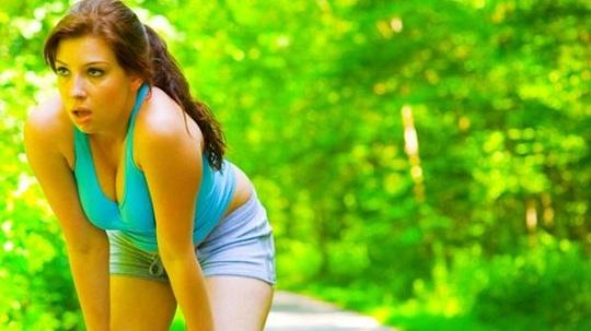 Mulher gosta de correr para emagrecer rapidamente em casa
