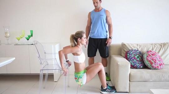 personal trainer ensina exercícios em casa