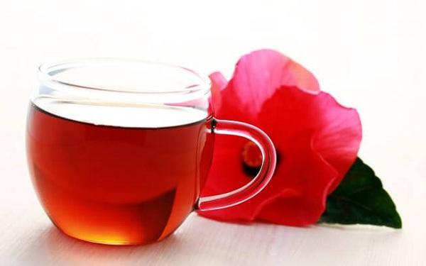 Um dos alimentos que queimam gorduras é o chá de hibisco
