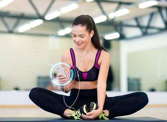 Mulher utilizando aplicativos de celular para exercícios físicos