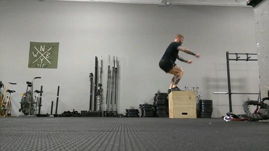 Homem praticando box jump um exercício de alta intensidade