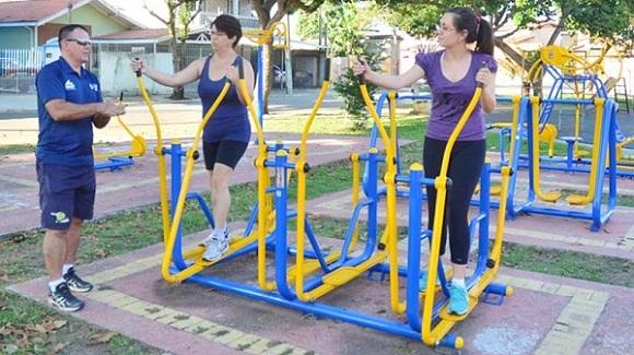 treino funcional com orientação de um professor de educação física