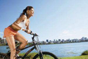 Andar de bicicleta ao ar livre promove mais benefícios de pedalar para as pernas
